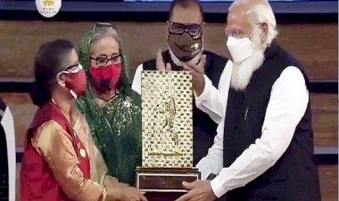 'গান্ধী পুরস্কার' বঙ্গবন্ধুর পক্ষে গ্রহণ করলেন হাসিনা-রেহানা