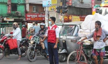 রাজধানীর যানযট নিরসনে ট্রাফিক পুলিশকে সহায়তা করছে রেড ক্রিসেন্টের স্বেচ্ছাসেবকরা